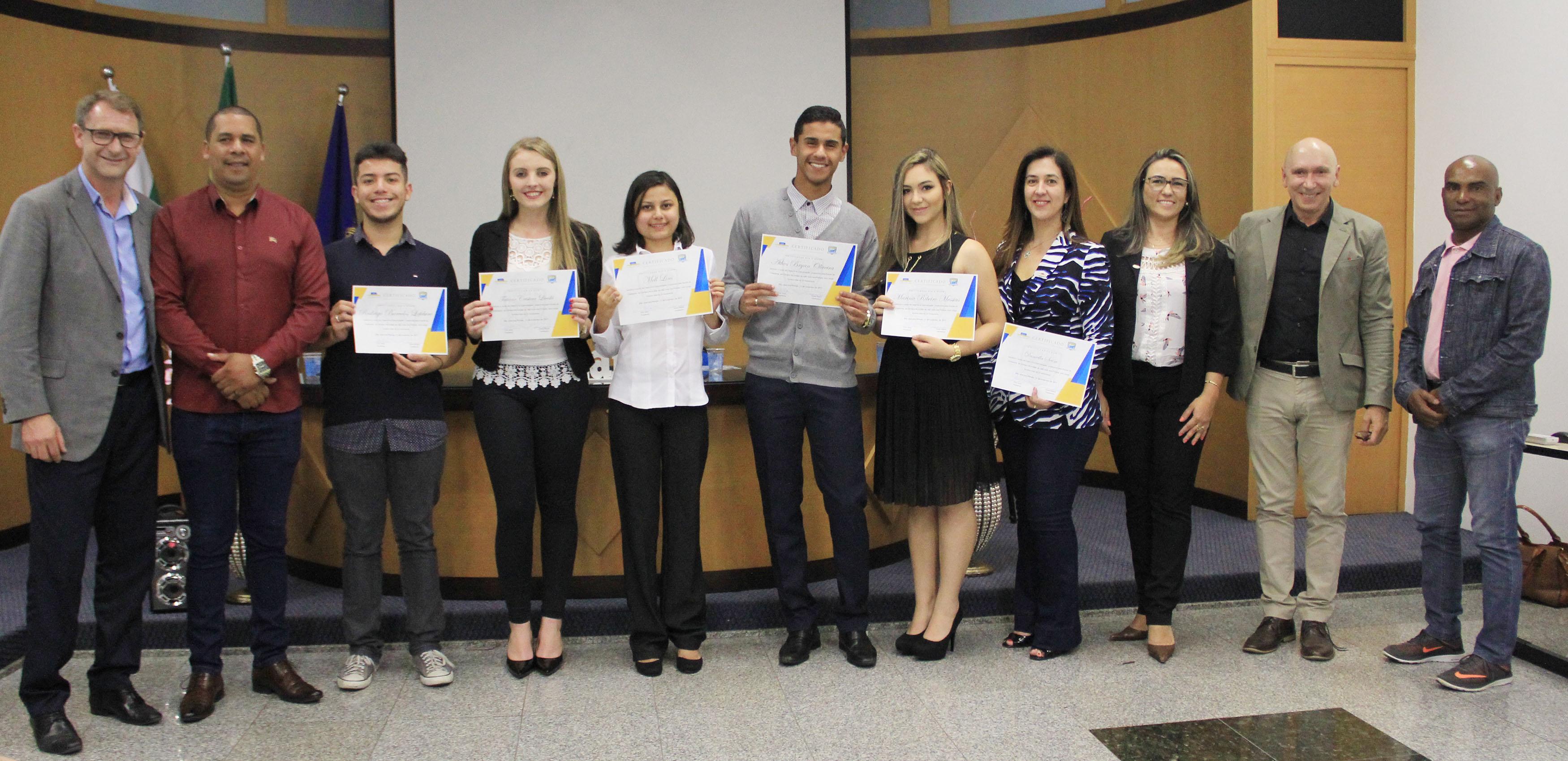 Vereadores Mirins recebem certificado de curso de oratória e comunicação