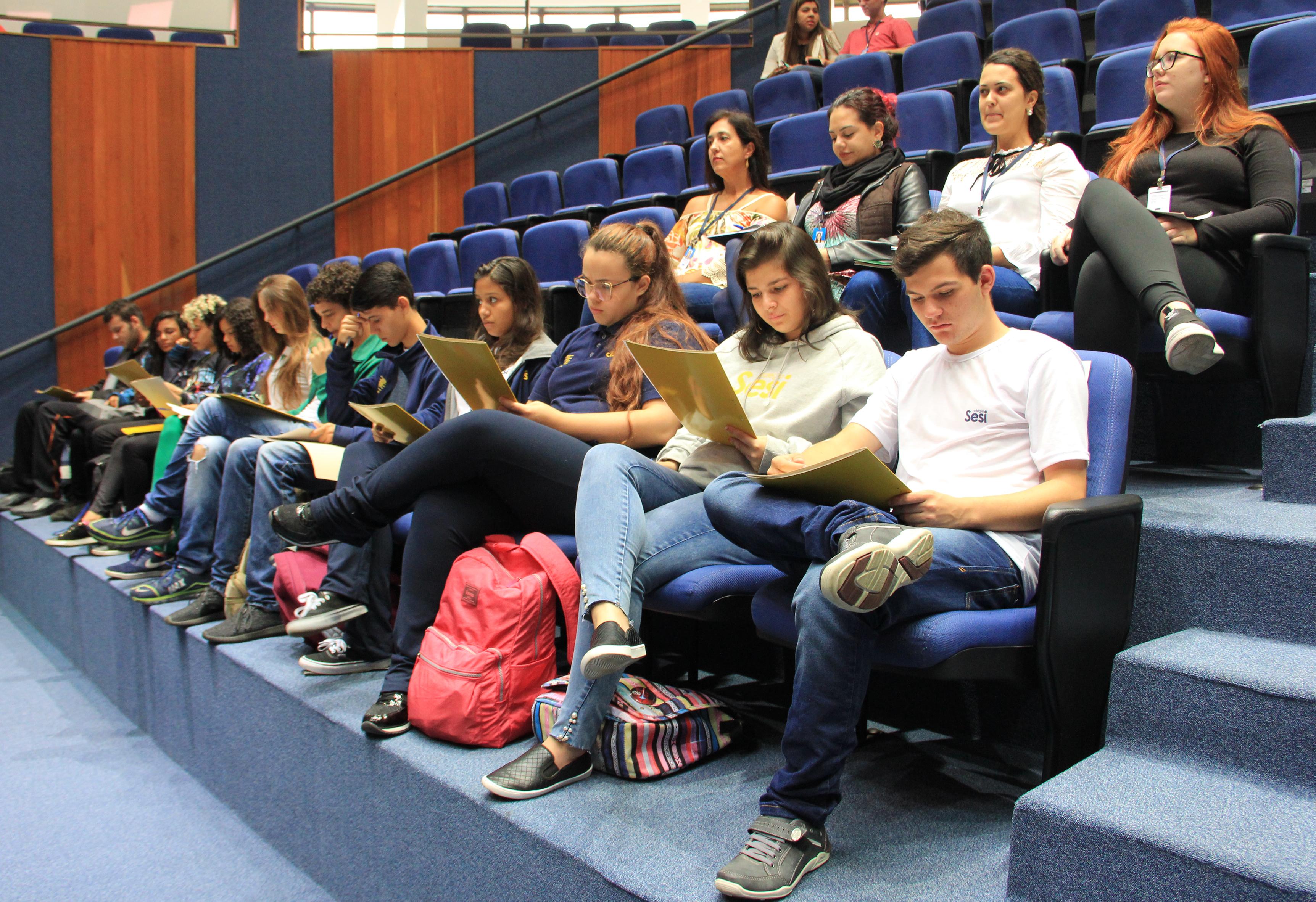 Jovens Vereadores assistem à sessão da Câmara