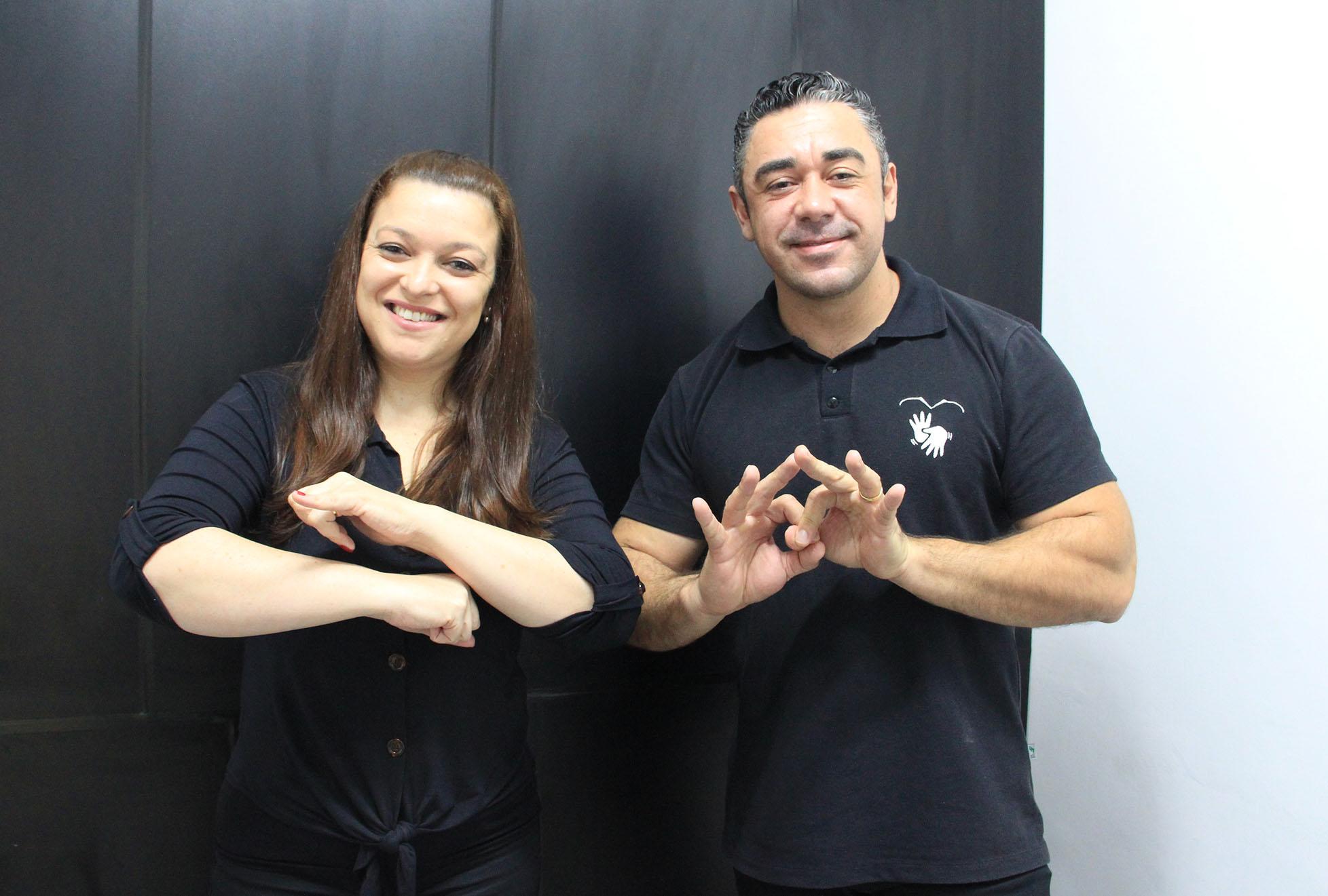 Libras: conheça o Tiago e a Priscila, intérpretes das sessões